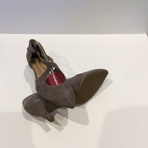 Like New Naturalizer Tan color suede heels.  7.5